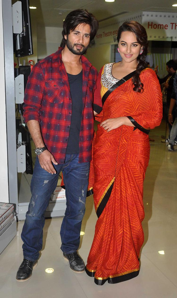 Shahid And Sonakshi Nice Pose For Camera During Launch Of R Rajkumar Comic Poster