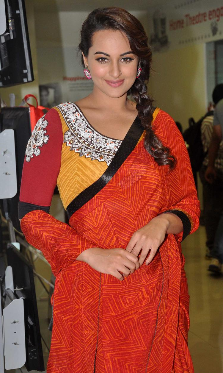 Sonakshi Sinha Nice Pose In Saree During The Promotion Of R Rajkumar