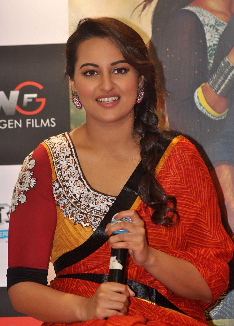 Sonakshi Sinha Pressmeet Still During R Rajkumar Movie Promotion