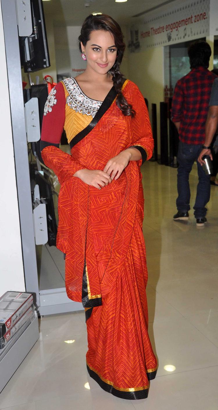 Sonakshi Sinha Sizzling Pic At R Rajkumar Movie Promotion Event