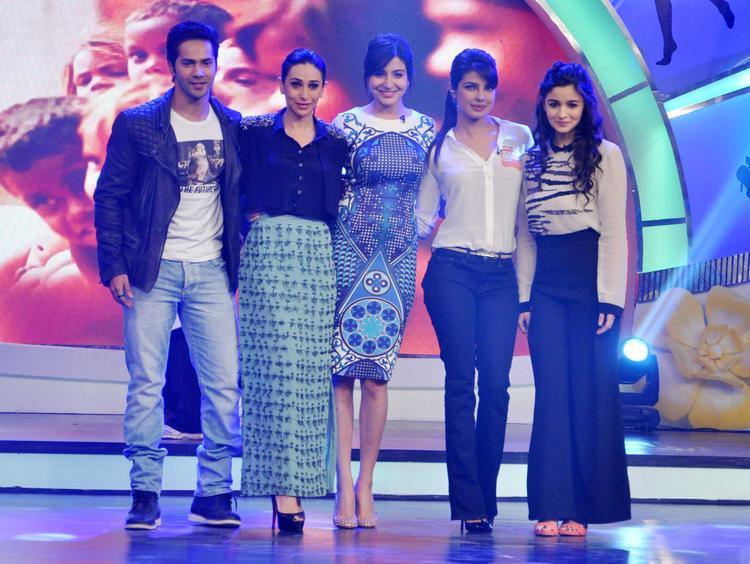 Varun,Karisma,Anushka,Priyanka And Alia Shares A Light Moment On Stage