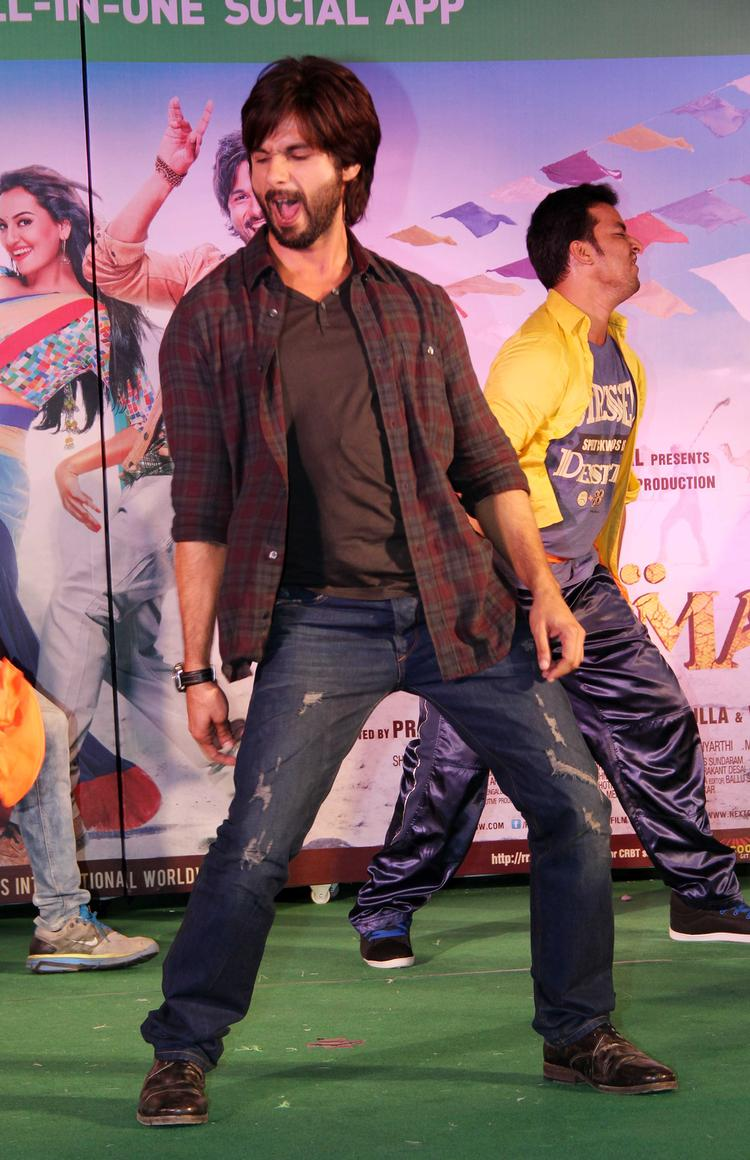 Shahid Kapoor Sizzled On Stage During The Promotion Of R...Rajkumar Movie At Infinity Mall, Malad