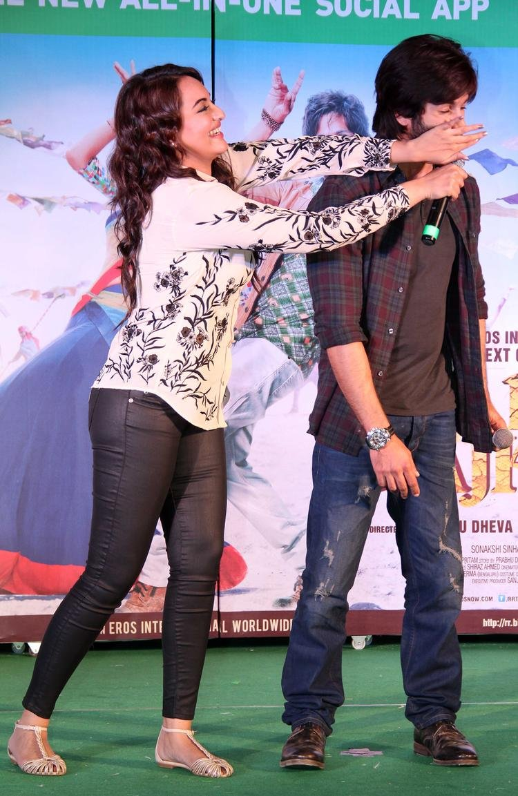 Sonakshi And Shahid Cool Funny Pose At Infinity Mall, Malad During The Promotion Of R...Rajkumar Movie