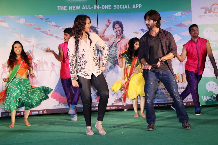 Sonakshi And Shahid Shake Their Legs On The Stage During The Promotion Of R...Rajkumar Movie At Infinity Mall, Malad