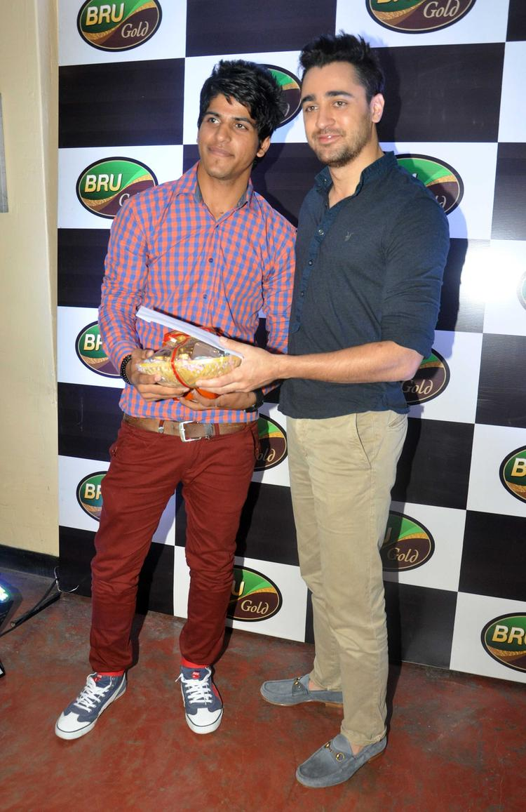 Imran Khan Gave Gifts For The Winners Of Bru Gold Coffee Bean Contest