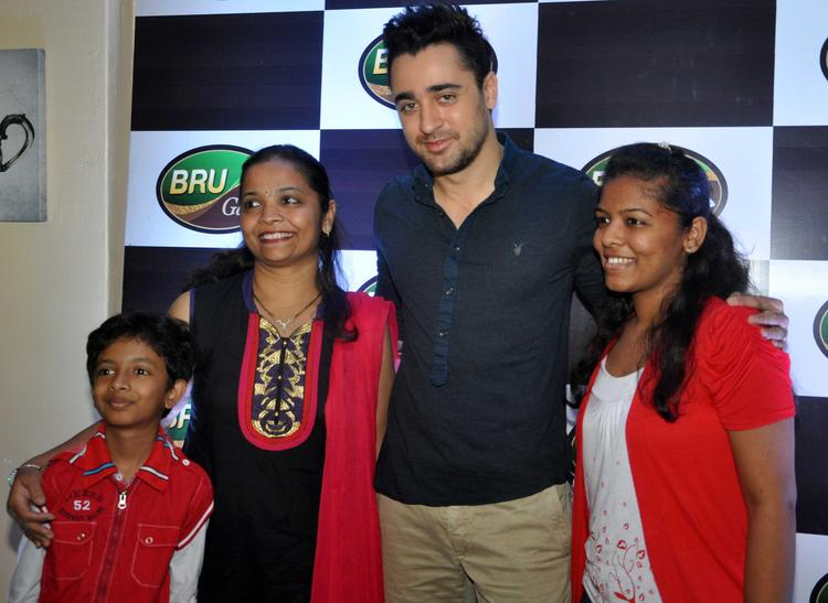 Imran Khan Posed With The Winners Of Bru Gold Coffee Bean Contest