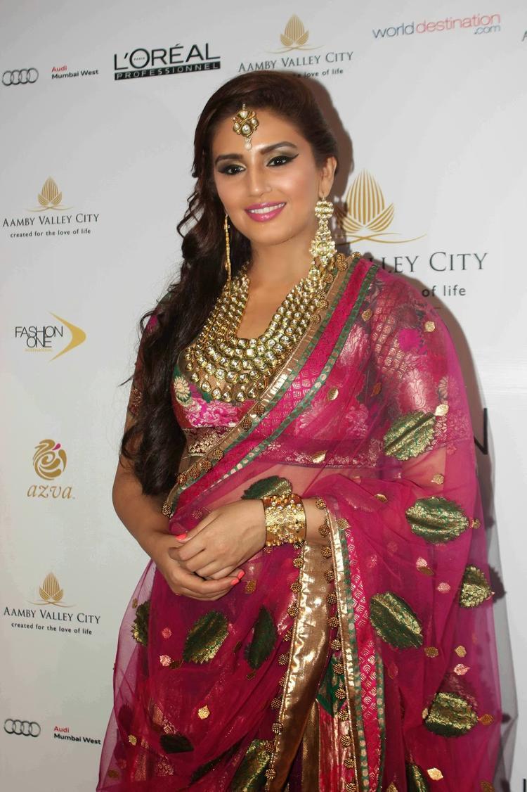 Huma Qureshi Radiant Look In This Beautiful Bridal Costume At AVIBFW 2013