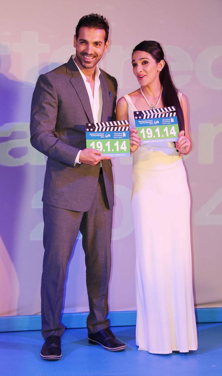 John Abraham And Tara Sharma Sweet Pose During Standard Chartered Mumbai Marathon 2014