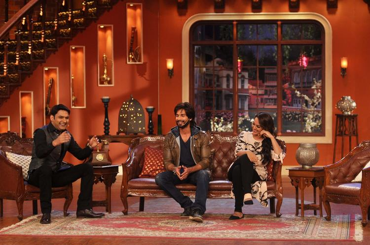 Kapil Fun With Sonakshi And Shahid At His Show During R Rajkumar Promotion