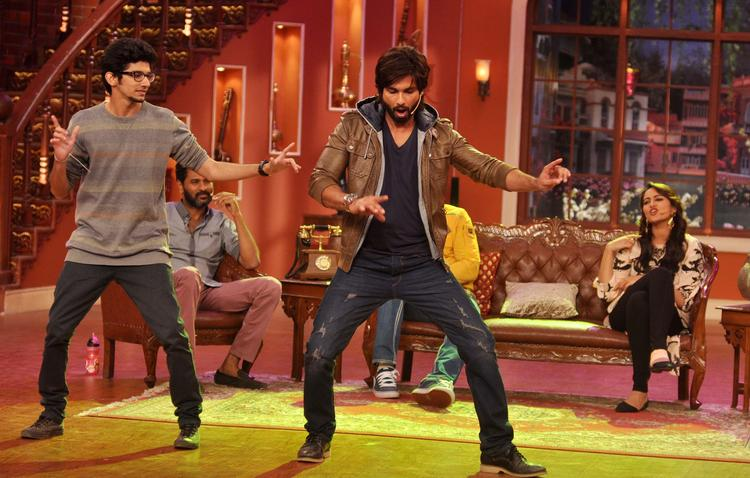 Shahid Kapoor Dancing With A Fan At Comedy Nights with Kapil Show