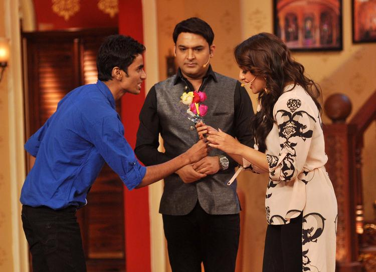Sonakshi Recieve Flowers With A Fan At Comedy Nights with Kapil Show