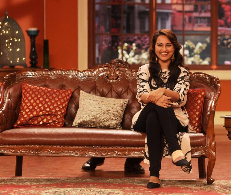 Sonakshi Sinha Beautiful Smile Pic At Comedy Nights with Kapil Show
