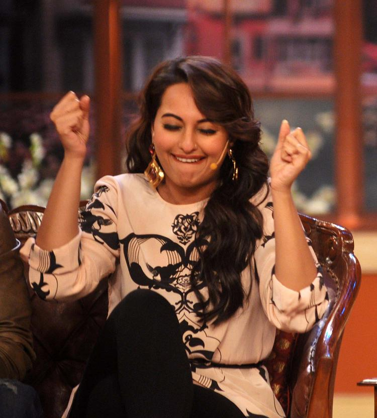 Sonakshi Sinha Cute Still During Promotion Of R Rajkumar  At Comedy Nights with Kapil Show
