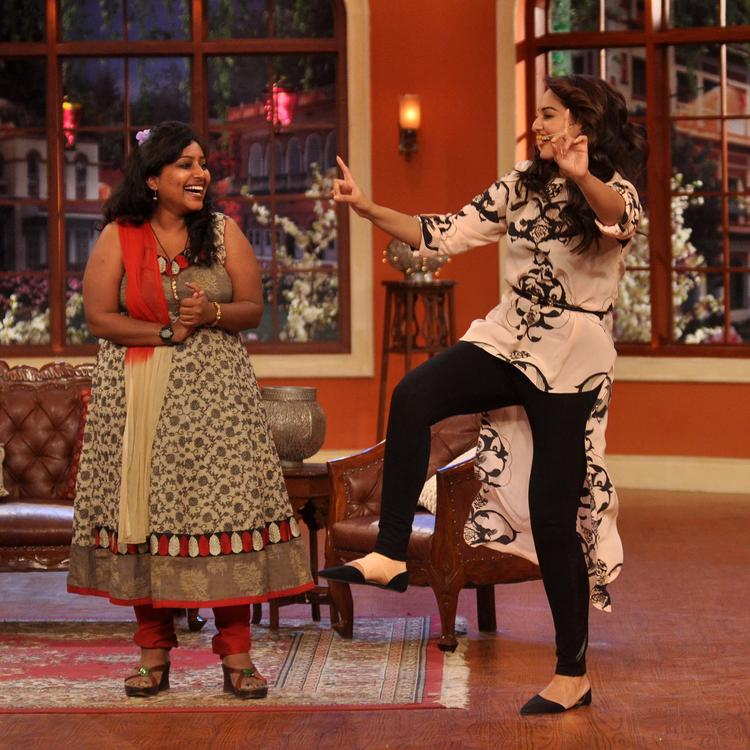 Sonakshi Sinha Dance For Her Fan At Comedy Nights with Kapil Show
