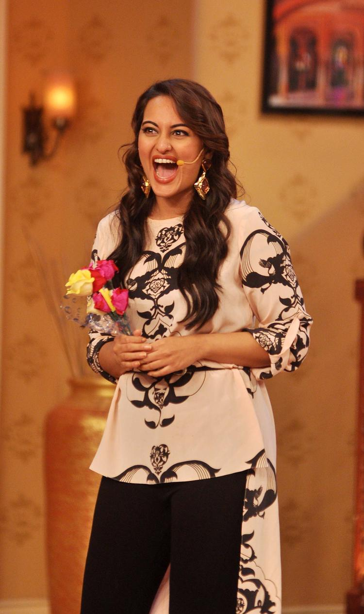 Sonakshi Sinha With Flowers At Comedy Nights with Kapil Show During Her Movie Promotion