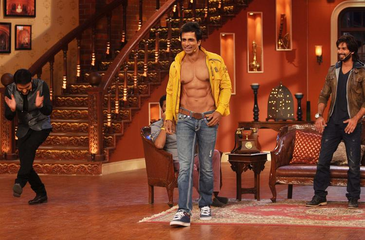 Sonu Sood Ramp With Opening Shirt During R Rajkumar Promotion At Comedy Nights with Kapil Show