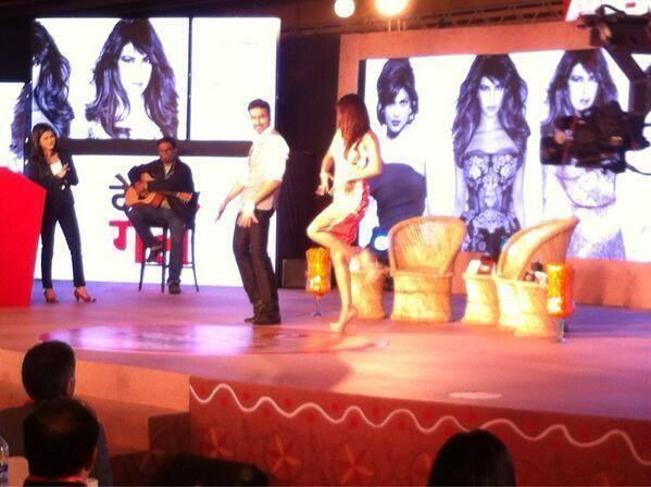 Glamour Priyanka Chopra Dance With A Fan At Agenda Aaj Tak Program