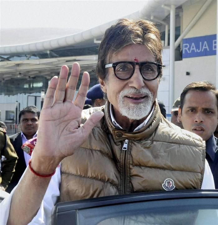 Amitabh Bachchan Meet Fans During Attend A Family Wedding Bash