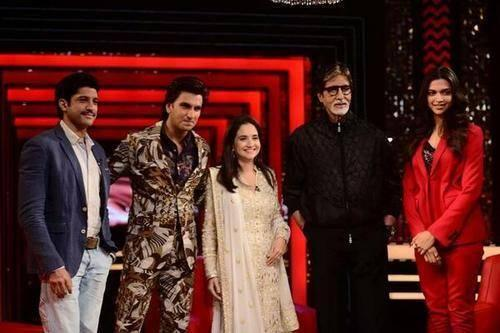 Big B,Deepika,Ranveer And Farhan Pose With Anupama On The Front Row