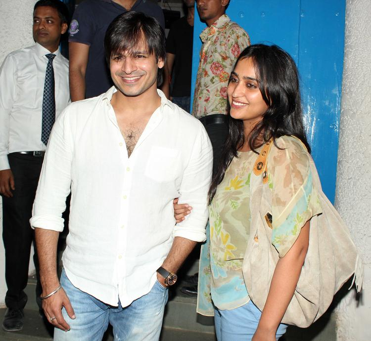 Vivek Oberoi With Wife Priyanka Alva Oberoi Flash Smiling At The Vikas Bahl Birthday Bash