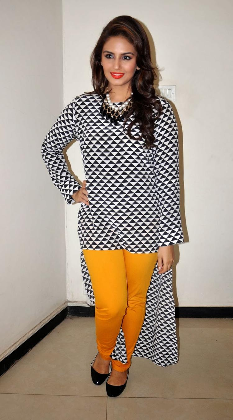 Huma Qureshi Cool Pose Photo Shoot At 98.3 FM During Dedh Ishqiya Promotion