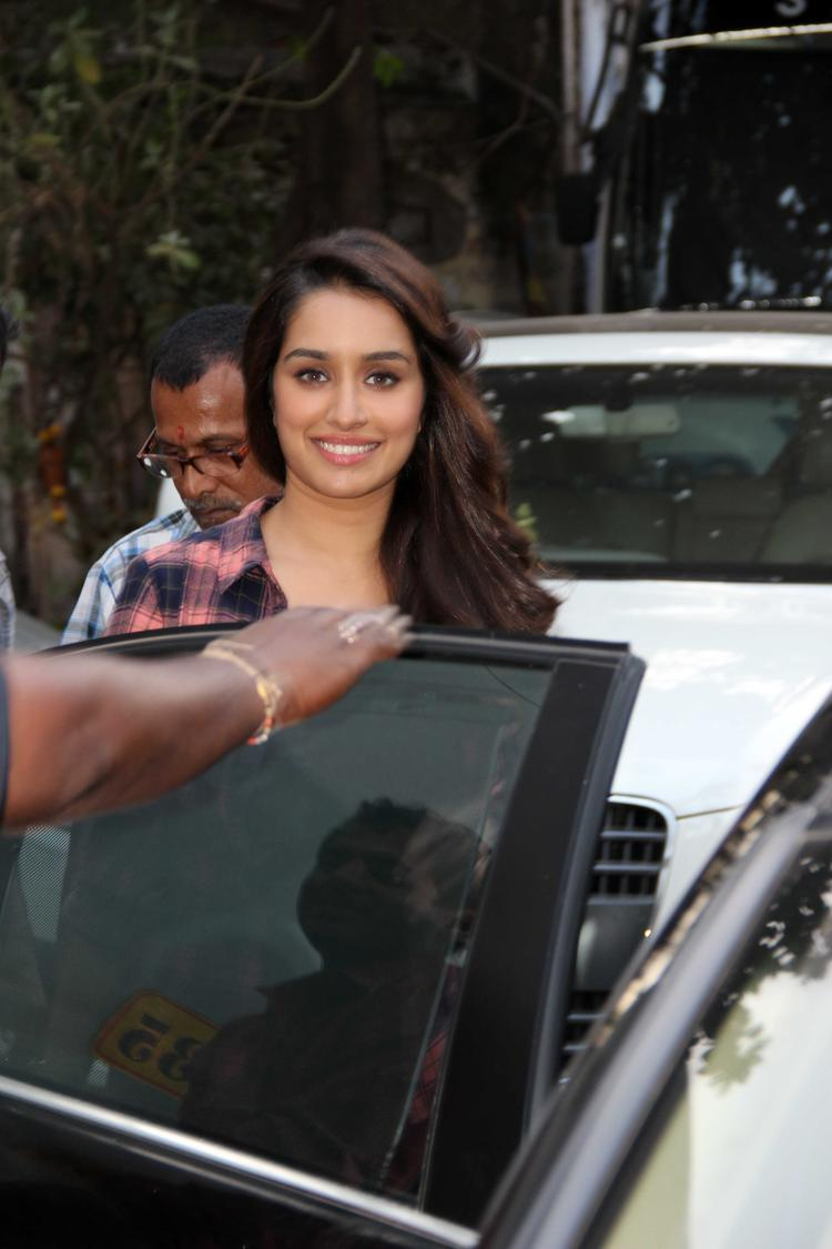Aashiqui 2 Beauty Queen Shraddha Kapoor Spotted For Koffee With Karan Show
