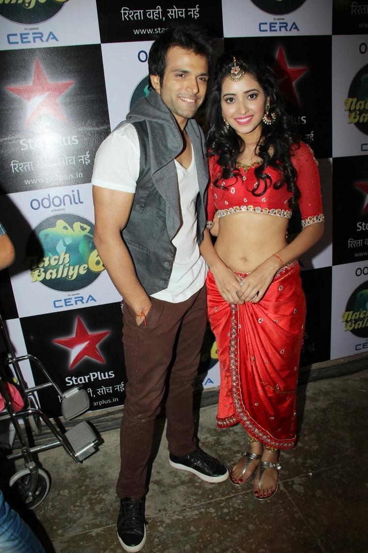 Romantic Jodi Asha And Rithvik Sizzling Pose On Shooting Set Of Nach Baliye 6
