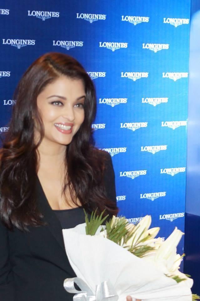 Aishwarya Rai Bachchan Arriving To Launch Longines Showroom Kochi 2013