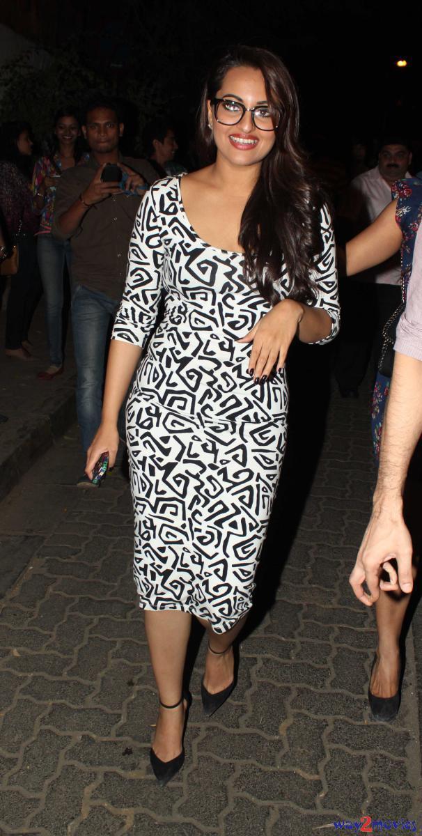 Sonakshi Sinha Lookin Hot At R Rajkumar Success Bash