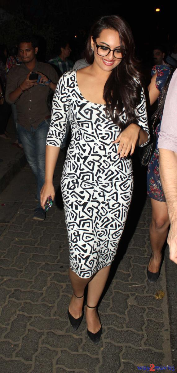 Sonakshi Sinha Spotted At The Success Bash Of 'R..Rajkumar' Party