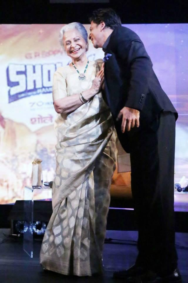 Bollywood Romance King Shahrukh Kiss Waheeda Rehman On Stage Of NDTV Solutions
