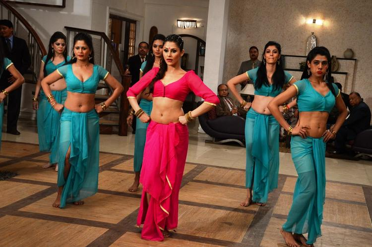 Khushboo Purohit Danced On The Shooting Sets Of Meinu Ek Ladki Chahiye Movie Item Song