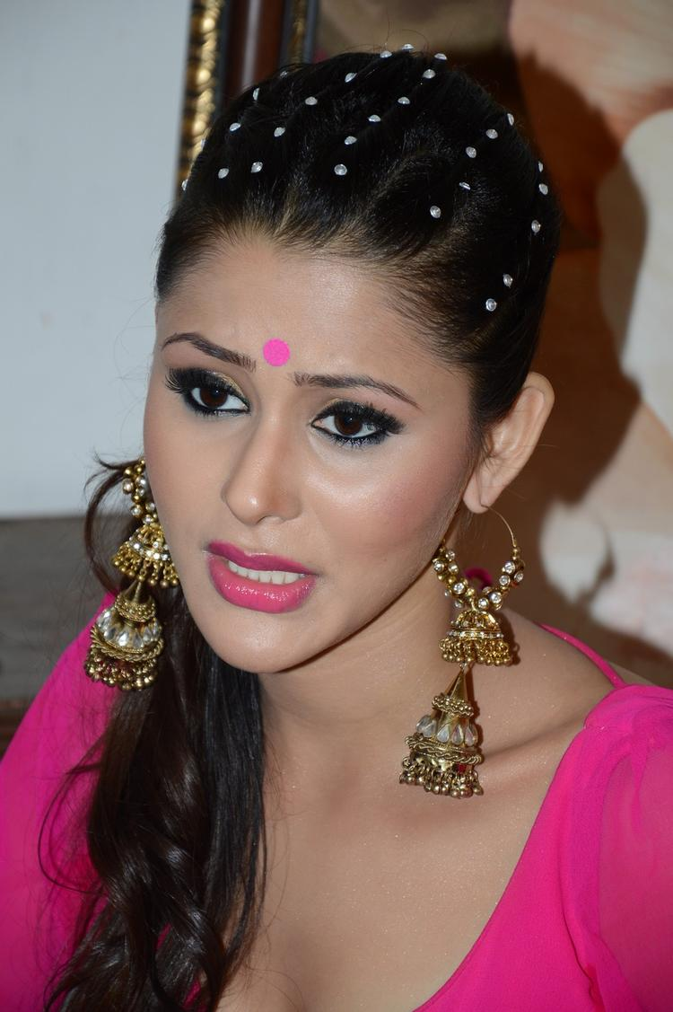 Khushboo Purohit Gorgeous Dazzling Look On The Shooting Sets Of Meinu Ek Ladki Chahiye Movie Item Song