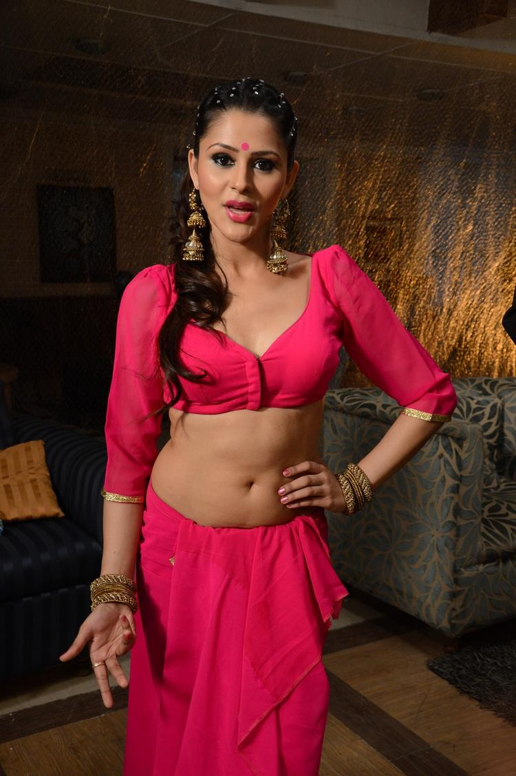 Khushboo Purohit Hot Sexy Look On The Shooting Sets Of Meinu Ek Ladki Chahiye Movie Item Song