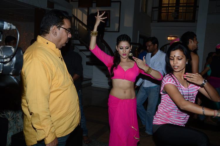 Khushboo Purohit Learning The Dance Step On The Shooting Sets Of Meinu Ek Ladki Chahiye Movie Item Song