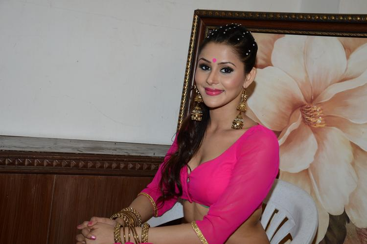 Khushboo Purohit Smiling Look On The Shooting Sets Of Meinu Ek Ladki Chahiye Movie Item Song