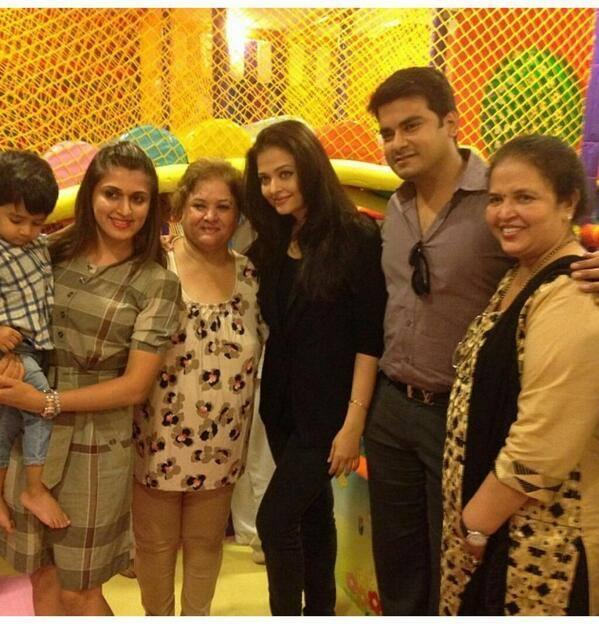 Aishwarya Pose For Photo Shoot With His Family