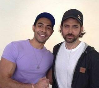 Hrithik Roshan And A Fan Nice Pose Photo Shoot During His Holiday Trip