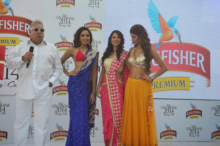 Vijay Addresses The Media And Sobhita,Rochelle And Nicole Cool Look During The Launch Of Kingfisher 2013 Calendar