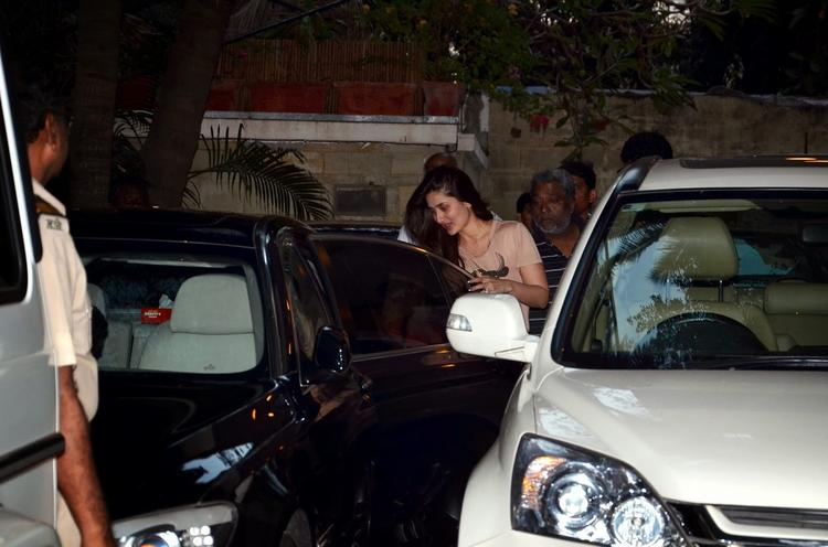 Kareena Kapoor Arrives At Shashi Kapoor's Christmas Brunch