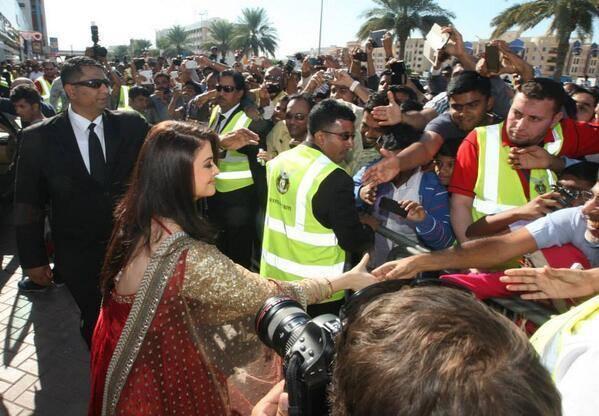 Aishwarya Rai Meet Her Fans At Dubai Kalyan Jewellers Event