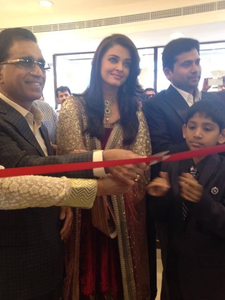 Gorgeous Aishwarya Rai Inaugurate Dubai Kalyan Jewellers Store