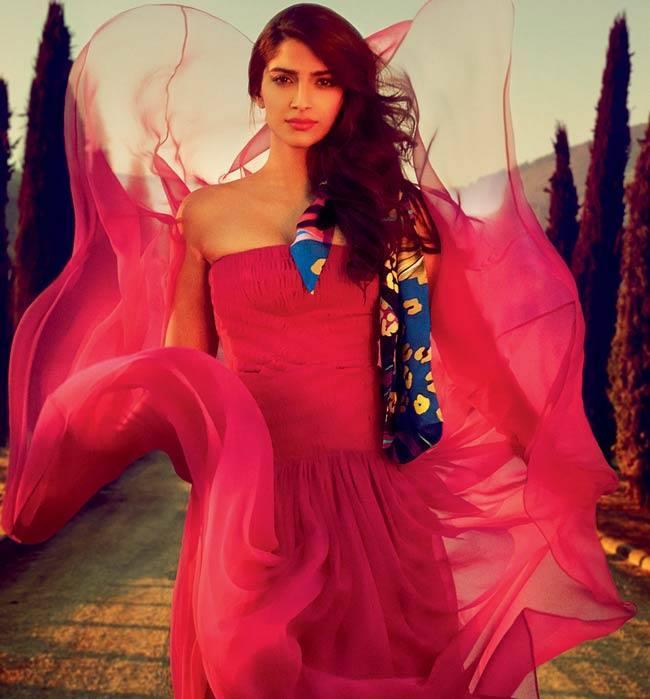 Sonam Kapoor Stunning Pose Photo Shoot In Beautiful Strapless Gown