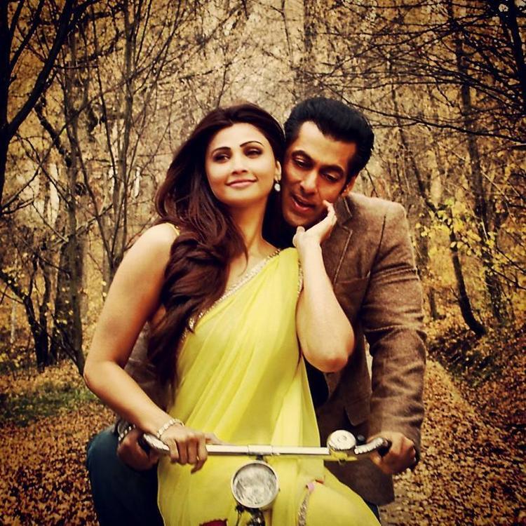 Salman And Daisy Tere Naina Song On Cycle Still From Jai Ho Movie