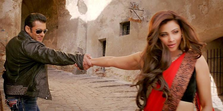 Salman And Daisy Tere Naina Song Sizzling Chemestry Still