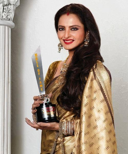 Evergreen Beauty Rekha Posed With Her Award At The Hello! Hall Of Fame Awards 2013