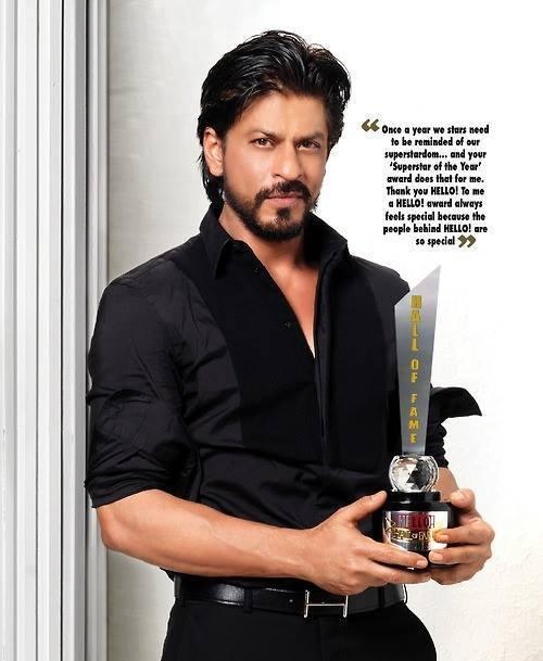 King Khan Pose With Hello Hall Of Fame Award 2013