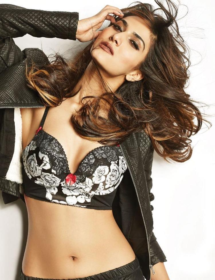 Vaani Kapoor Strike A Pretty Hot Look For FHM Magazine India January 2014
