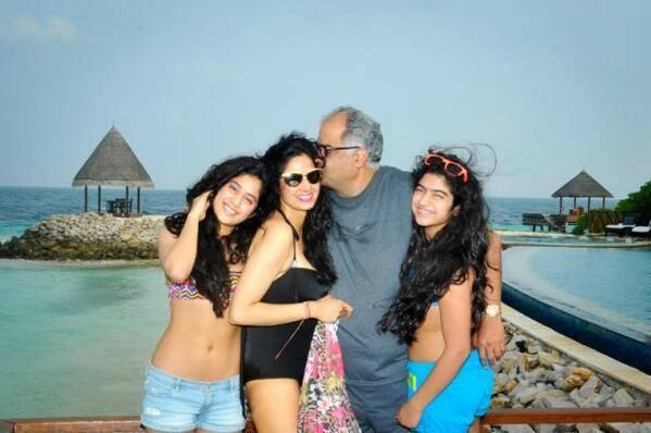Boney Kiss Sridevi And Kids Jhanvi And Khushi Looking All Happy And Having Fun While On Holiday