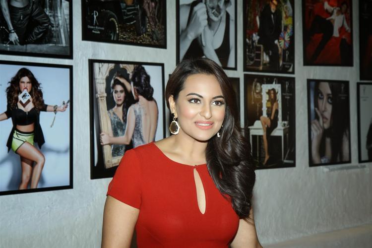 Sonakshi Sinha Elegant Pic At Ratnani's Calendar 2014 Launch Event